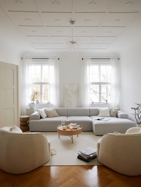 salon blanco greige gris y beige con sofá y sillones neutros
