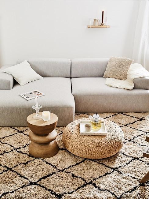 sofá freige con mesas de materiales naturales madera y ratán