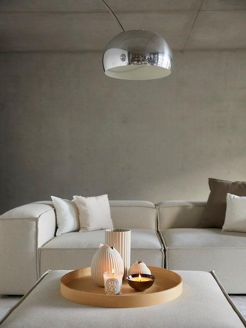salón industrial con sofá pared greige lámpara metal