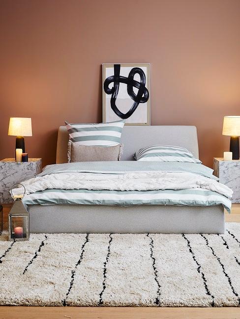 dormitorio greige y rosa naranja cama y alformbra