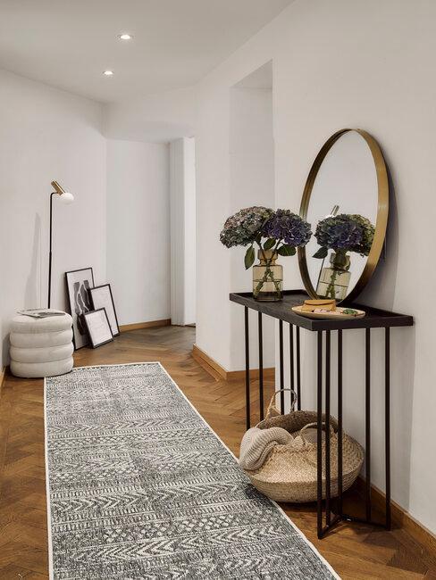 recibidor blanco negro y dorado y alfombra