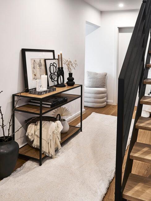 pasillo blanco con muebles en madera y metal negro