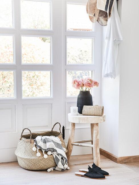 recibidor blanco estilo rústico boho minimalista con cesto y jarrón