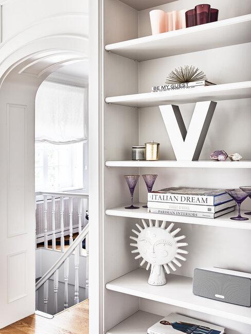 estantería de salón comunica con pasillo blanco