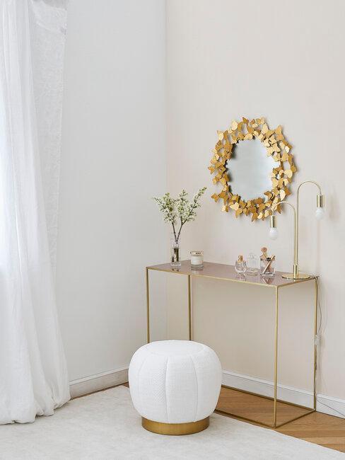 pasillo blanco con accesorios dorados