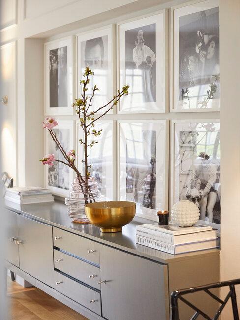 decoración con fotos sobre mueble gris