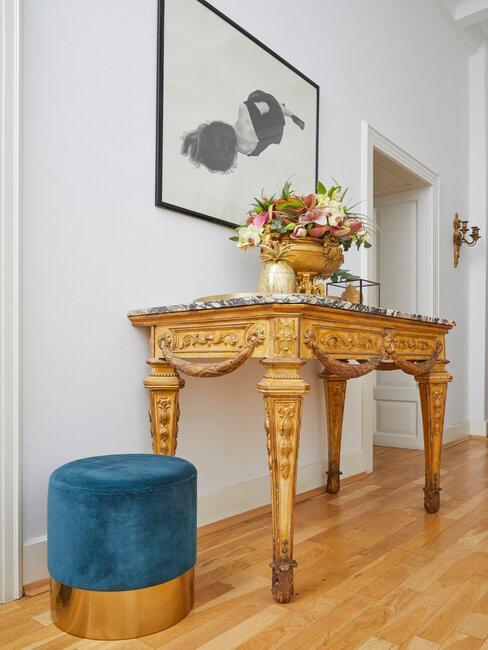 recibidor pasillo mezcla de estilos vintage y moderno madera y azul