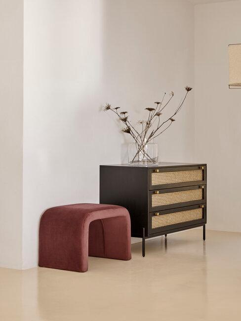 mueble negro cannage con banco burdeos terciopelo pasillo recibidor