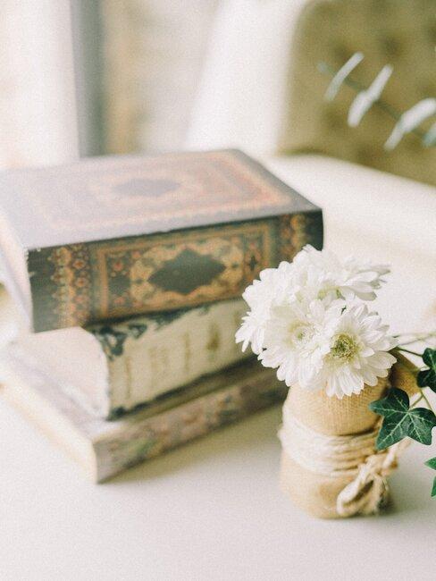 libros vintage con ramo de flores blancas