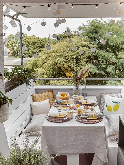 terraza con decoración blanca bancos y mantel
