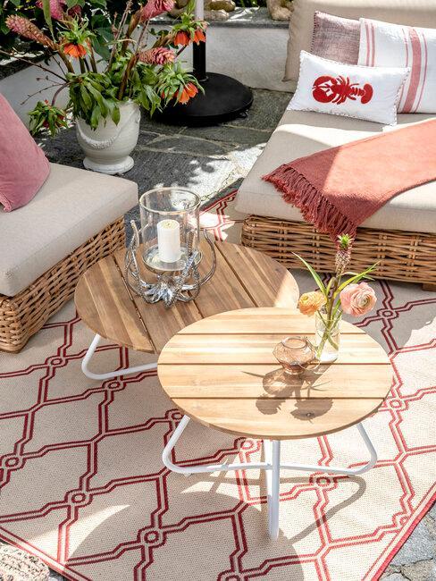 terraza con mesas sillones y alfombra