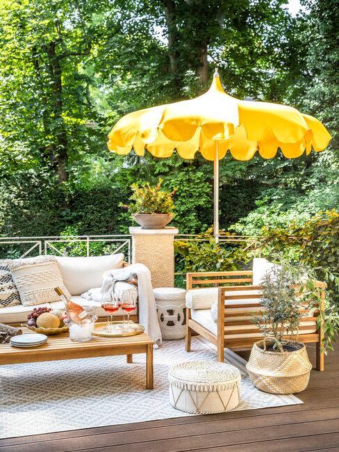 terraza con muebles de madera y sombrilla amarilla