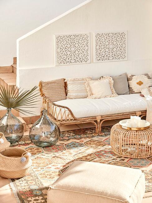 terraza estilo boho en beige y muebles de mimbre