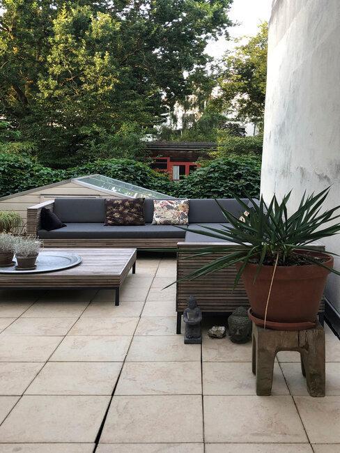 terraza moderna con sofás y mesa y plantas