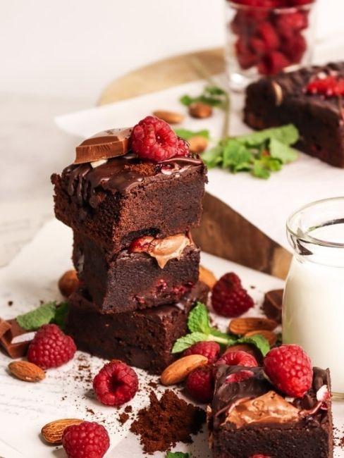 Brownies con fresas, leche y chocolate para cena romantica de san valentin