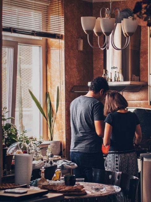 Pareja en la cocina para la cena de san valentin en casa