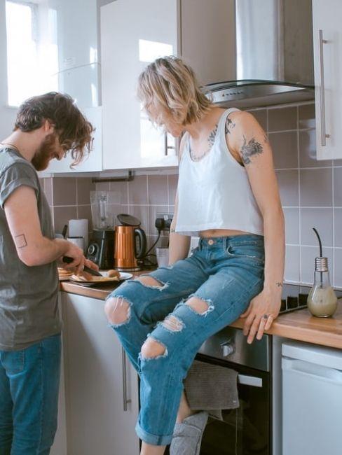 Pareja cocinando la cena de san valentin en casa