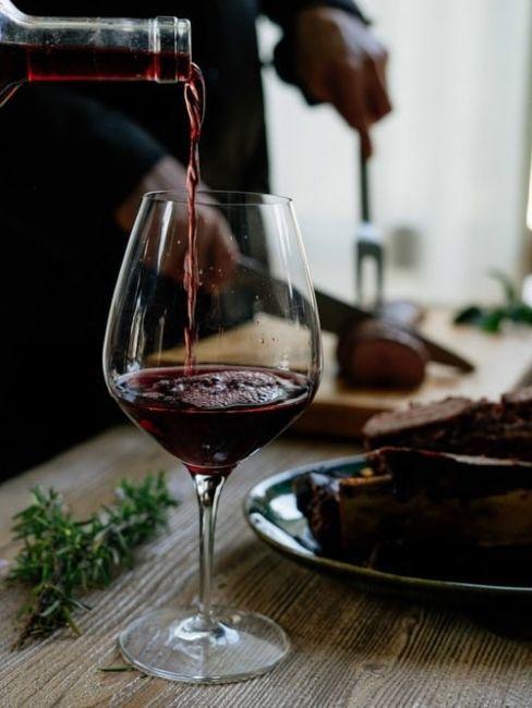 Copa de vino tinto para cena de san valentin en casa