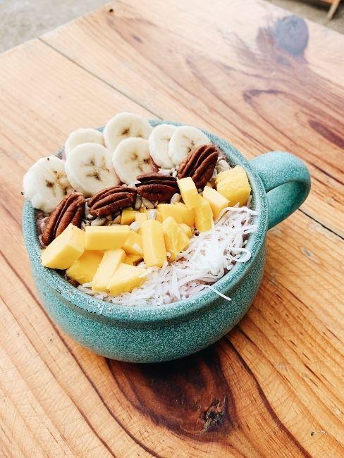 Bol con platano, mango y nueces para desayunar