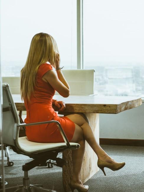 Mujer en una oficina llamando por telefono