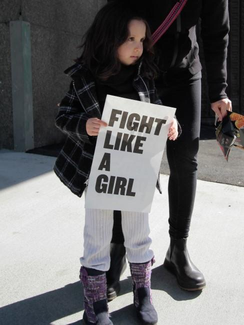 Niña defendieno los derechos de las mujeres