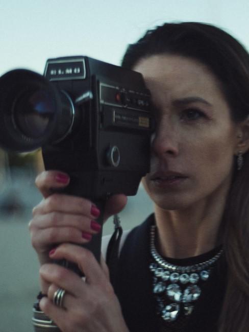Mujer reportera con una camara