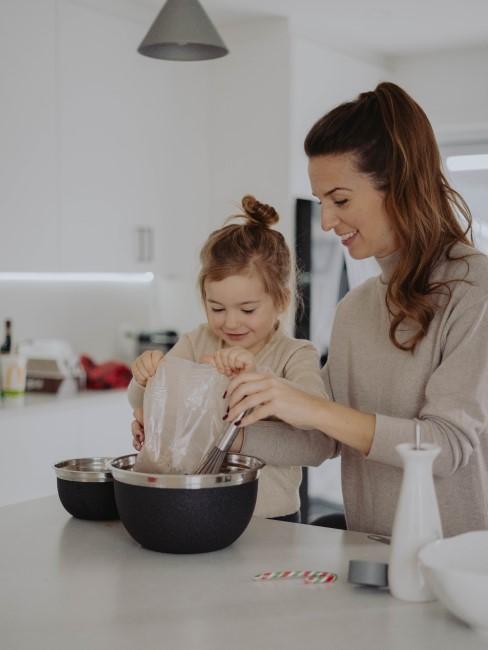 Madre cociando con su hija