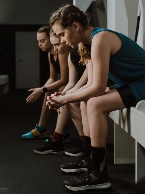 Chicas que entrenan en un equipo de futbol