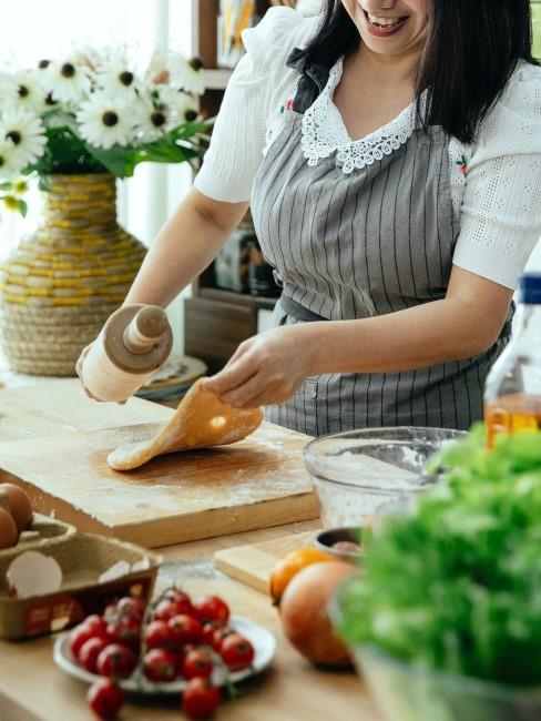 Mujer cocinando con un rodillo