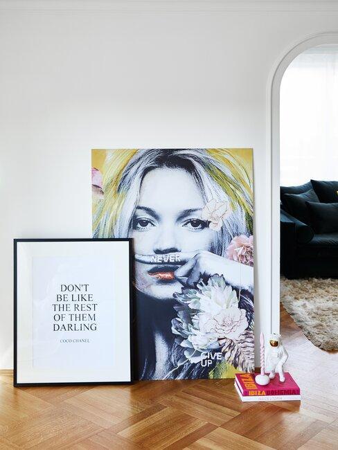 impresión y cuadro en el pasilo