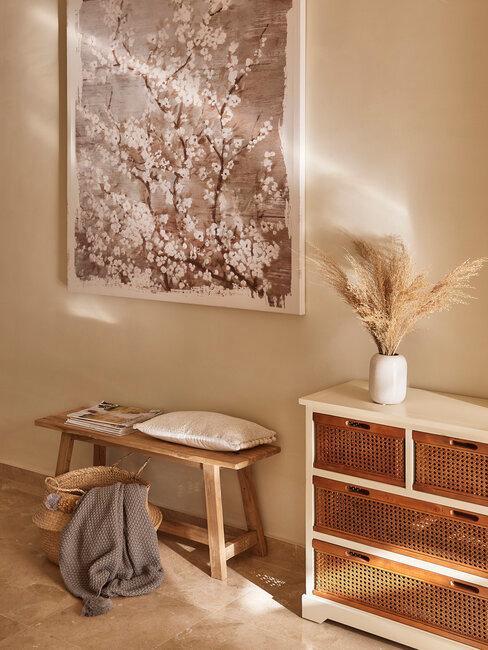 banco y cómoda madera y rejilla con cuadro
