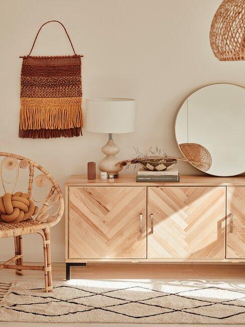 recibidor / pasillo boho con mueble de madera espejo redondo