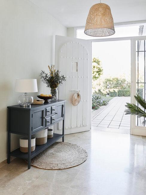 recibidor con mueble de madera negro estilo boho moderno