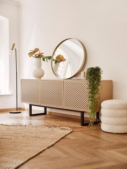 recibidor / pasillo mueble de madera con espejo redondo puf y alformbra boho