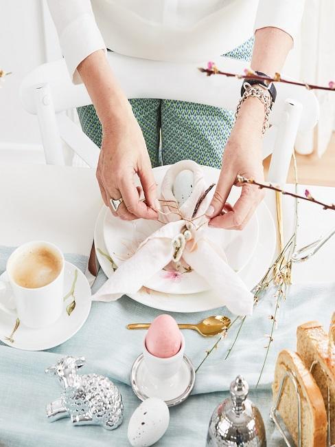colocación de servilletas de pascua en la mesa
