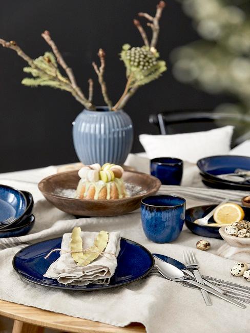 decoración mesa de pascua azul oscuro