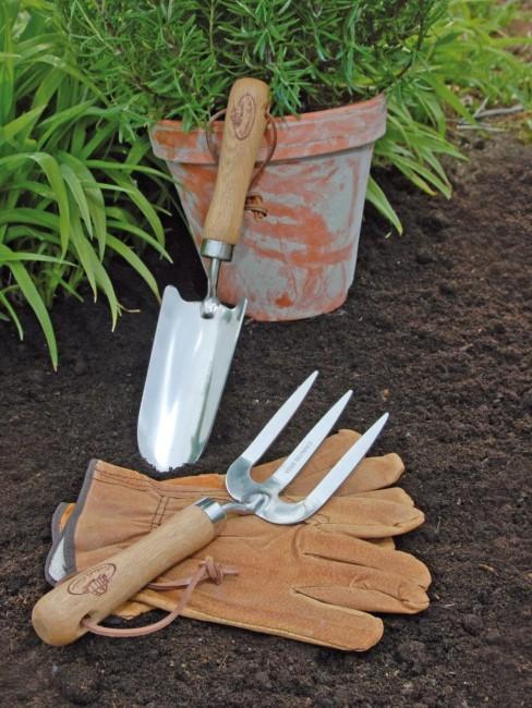 Herramientas de jardineria con unos guantes