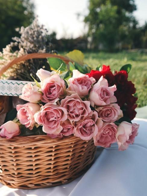 Rosas rosas en una cesta de picnic