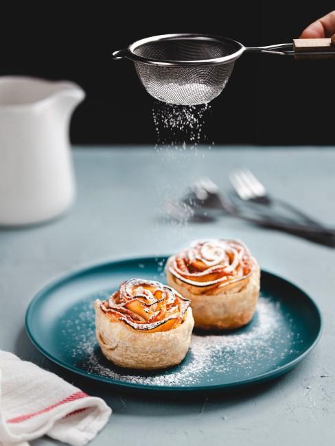 buñuelos con forma de flores en un plato