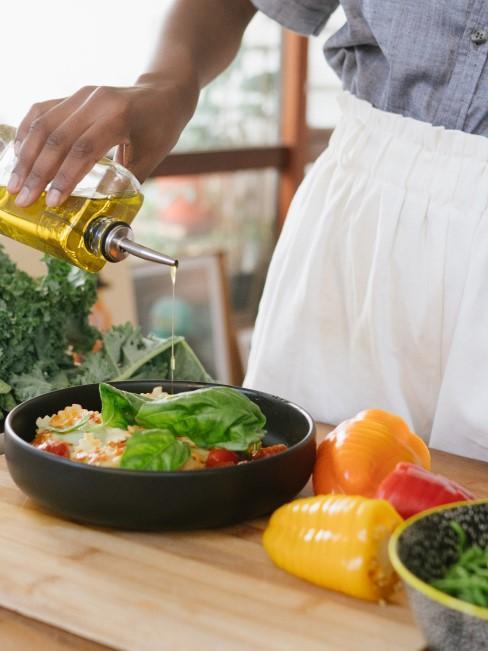 Mujer cocinando con aceite de oliva