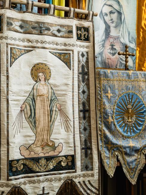 Virgen cosida en tela