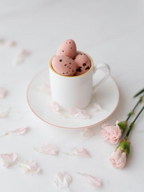 Huevos en una taza y flores