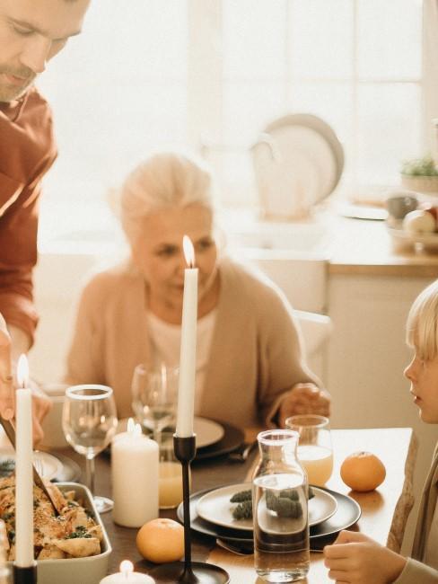 Familia sirviendo la cena