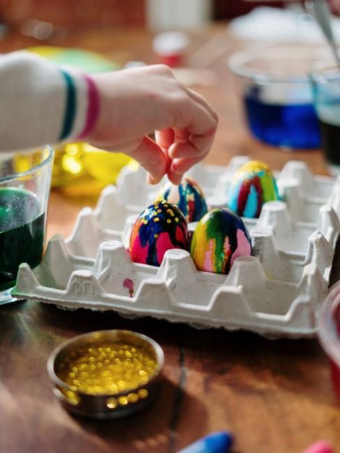 Coloreando huevos para pascua