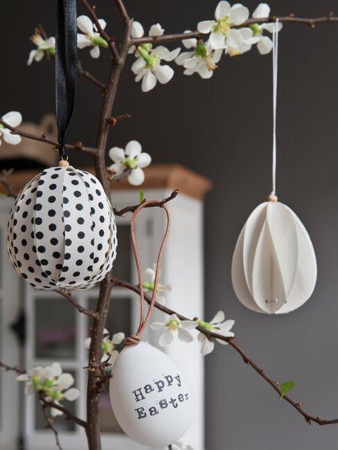 huevos de pascua colgando de planta