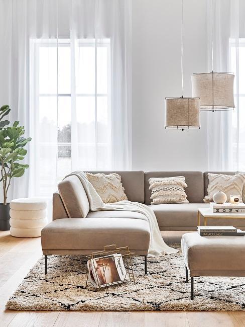 salón con sofá greige