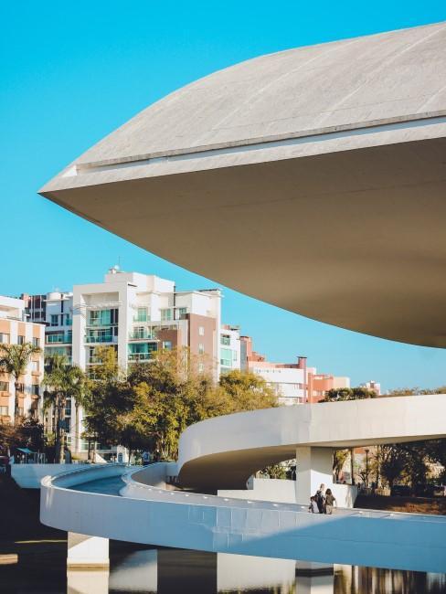Oscar Niemeyer parte de uno de sus edificios