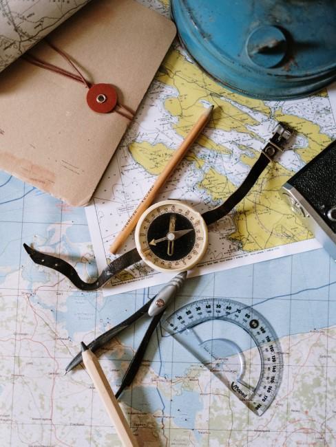 compas en un mapa con una brujula