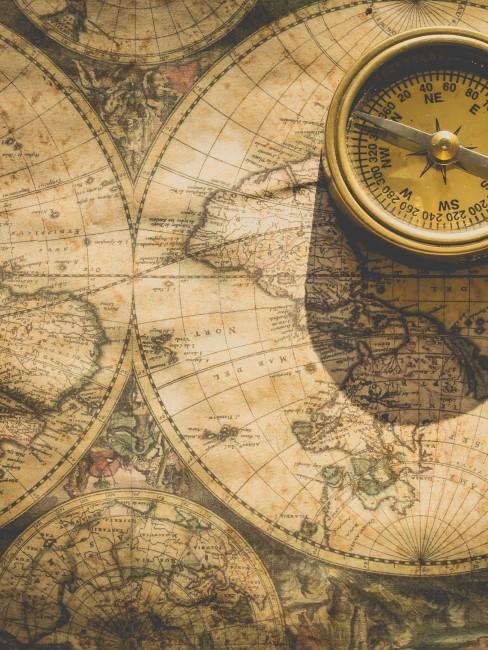 mapa antiguo con burjula