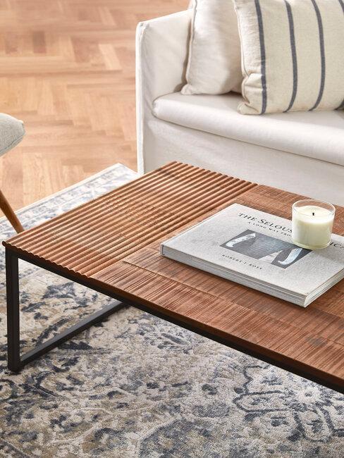 mesa de madera sofá blanco y alfombra
